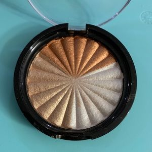 Ofra/NikkieTutorials everglow highlighter